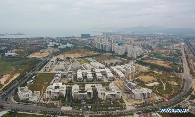 Аэрофотоснимок, сделанный 6 января 2021 года, показывает строящийся научно-технический город Ячжоу-Бэй в Санье, провинция Хайнань на юге Китая.