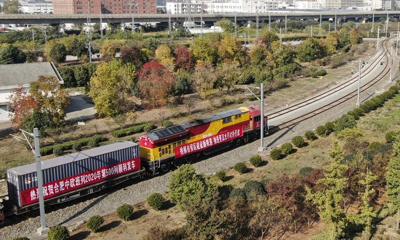 Поезд Китайско-европейского железнодорожного экспресса с 88 стандартными контейнерами с бытовой техникой и медикаментами отправляется с Северного железнодорожного вокзала Хэфэй в провинции Аньхой на востоке Китая 12 ноября 2020 года по пути в Дуйсбург, Германия.