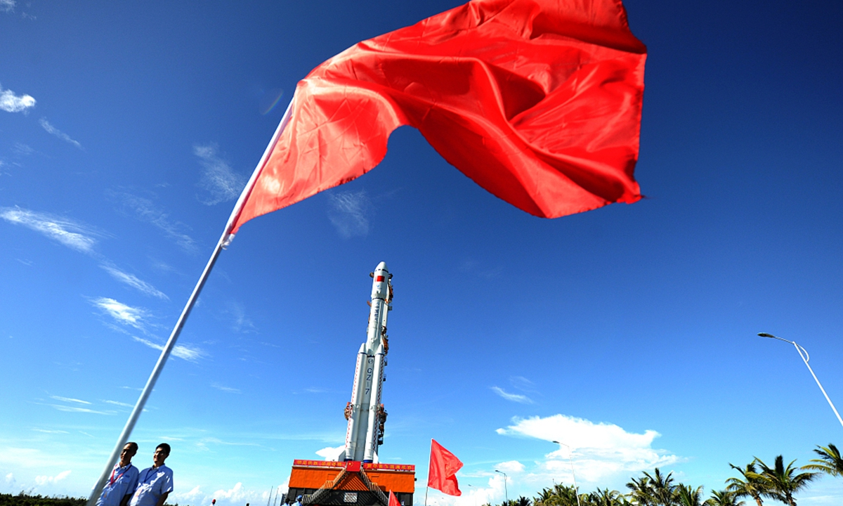 Ракета-носитель, грузовой космический корабль прибывает на стартовую площадку для миссии космической станции Китая